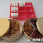 贈答用の梅干し容器に、曲げわっぱ(曲げ物)と化成品トレー。